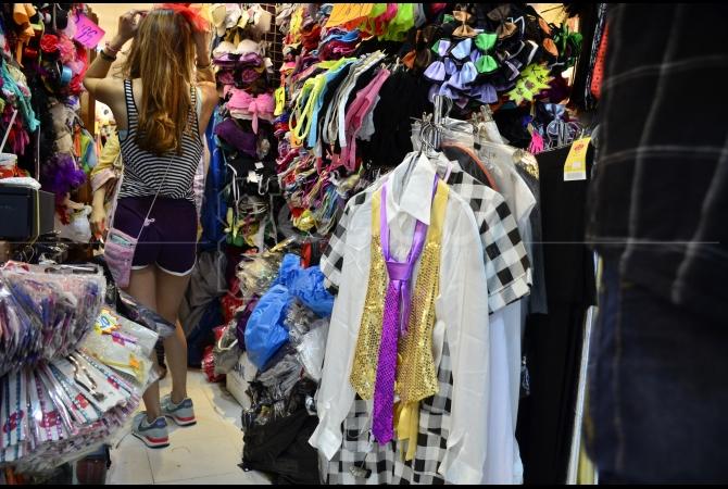 Hampir keseluruhan yang ditawarkan di sini adalah keperluan fashion wanita