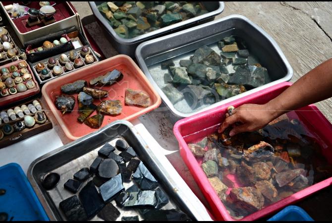 Batu dalam bentuk bongkahan banyak dijual oleh para pedagang batu