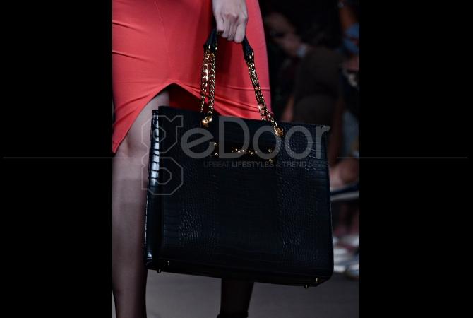 Selain baju, bebe juga menampilkan koleksi leather bag mereka