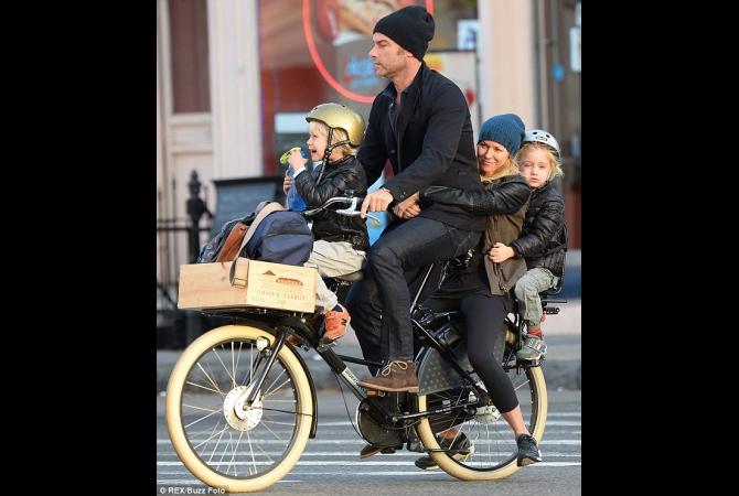 Aktris Naomi Watts dan keluarganya pun melakukannya juga