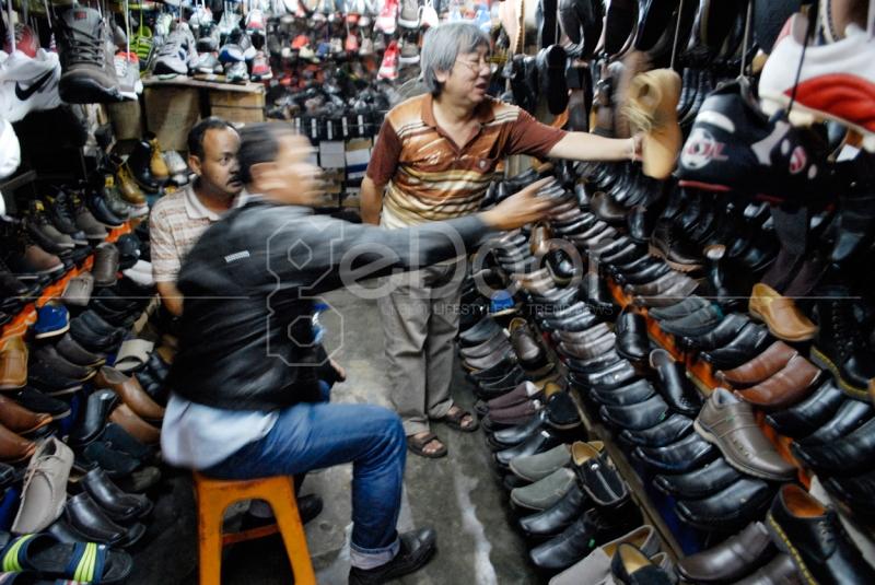 Seorang Pembeli Sedang Menawar Sepatu Kulit Di Tempat ini