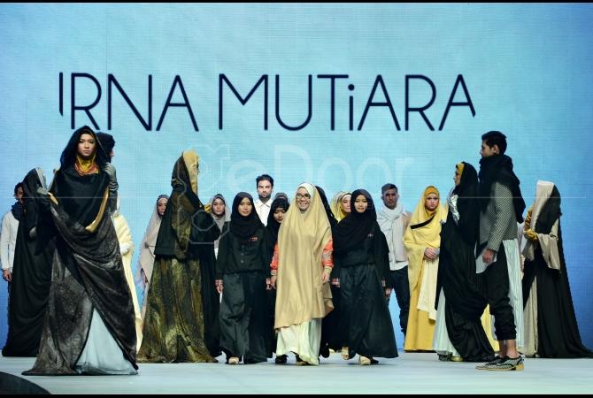 Irna Mutiara dan Siswi SMK NU Kudus dengan karya busana muslimnya