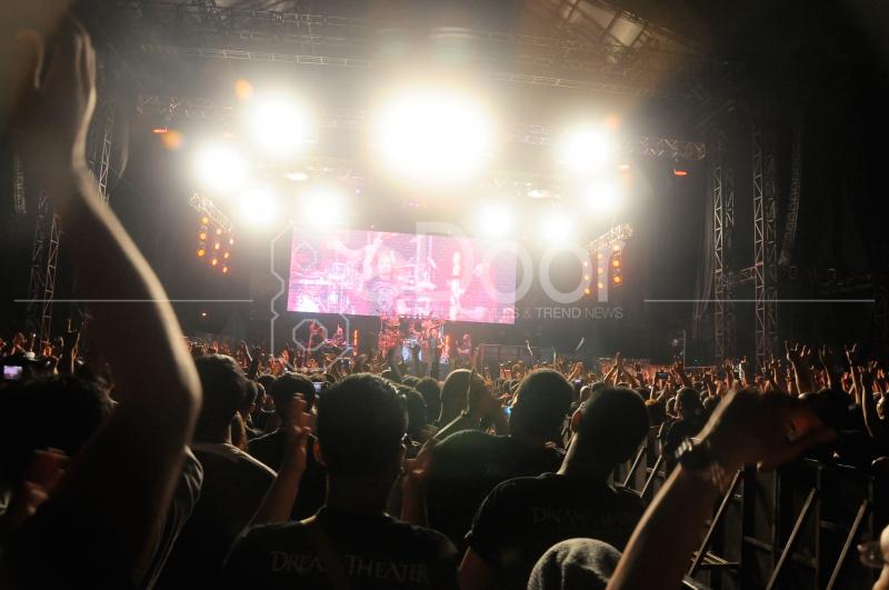 Ribuan Penonton Dream Theater  Memadati Lapangan D Senayan