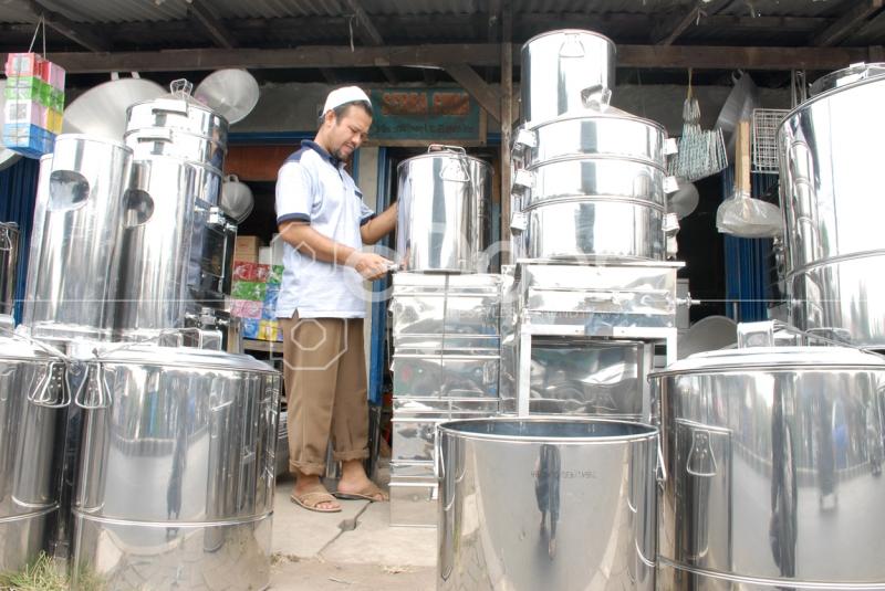 Para Pedagang Menjajakan Dagangannya di Samping Jalan Dewi Sartika