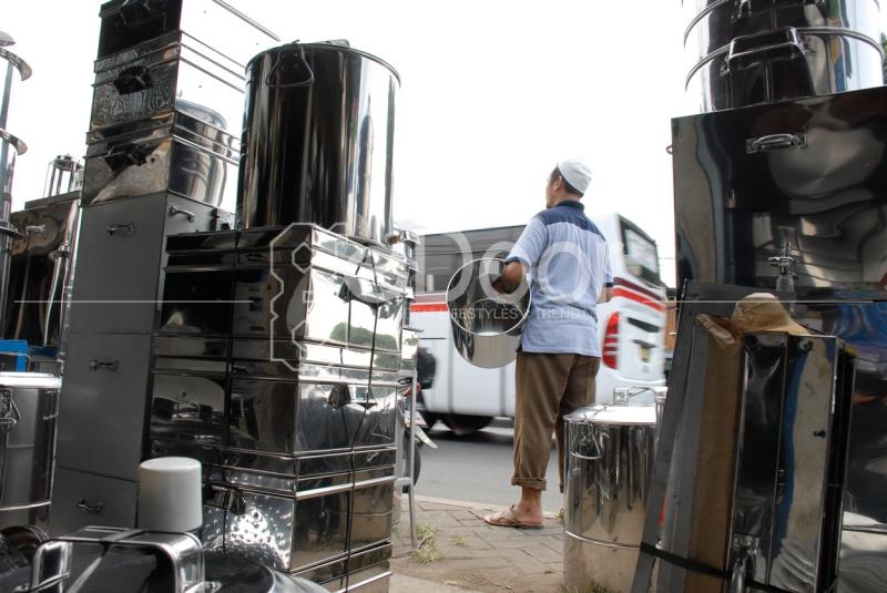 Pedagang Panci Di Cawang Ini Sudah Berdagang Kurang Lebih 30 Tahunan