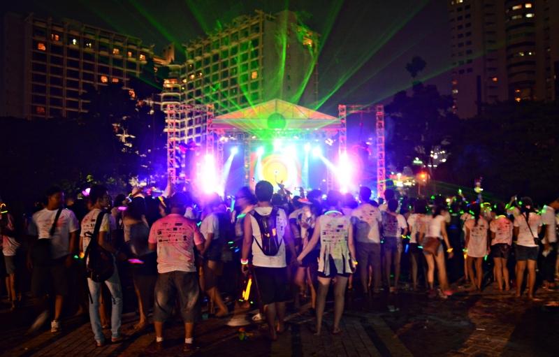 Kemeriahan Suasana Holi Color Festival Pada Malam Hari
