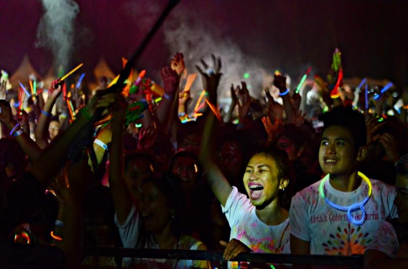 Suasana Pada Malam Hari Semakin Berwarna Dengan Water Glow dan Glowstick
