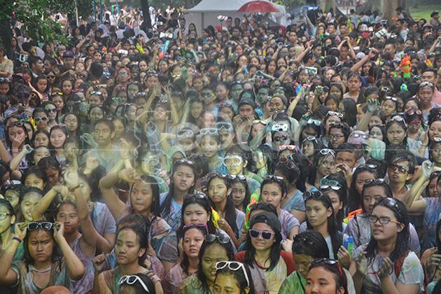 Holi Water Festival 2014 Bertabur Cat Warna-Warni Dan Perang Pistol Air