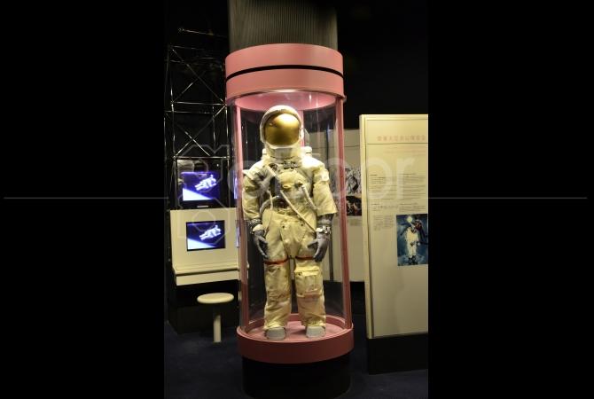 Salah satu baju astronot juga dipamerkan di sini