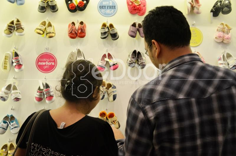 Para Pengunjung Sedang Memilih Produk Balita Yang Sedang Di Pamerkan Di Indonesia Maternity, Baby & Kids Expo 2014