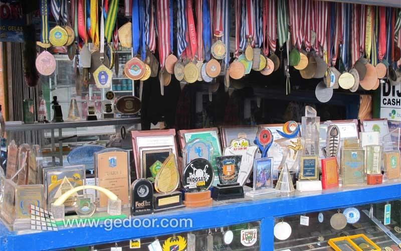 Memesan Plakat Atau Medali Di Jatinegara