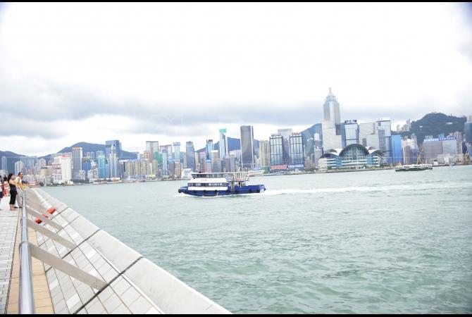 Dari Avenue of Stars ini kita bisa melihat wajah Hongkong dengan deretan pencakar langit yang berbaris dengan rapi