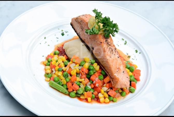 Fillet of Salmon merupakan menu main course favorit di sini