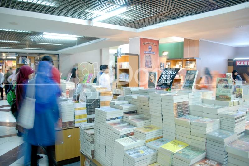 Pameran Ini Menawarkan Beragam Buku, Mulai Buku Anak, Remaja, Buku Umum, Buku Pelajaran, Buku Agama Dan Juga Tentunya Diskon Hingga 70%