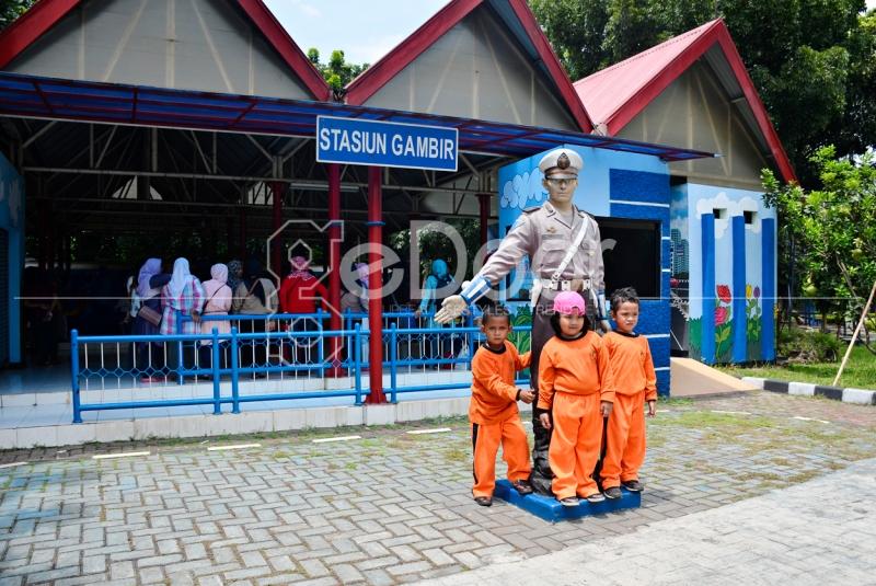 Patung Polisi Yang Tepat Berada Didepan  Stasiun Gambir Mini Yang Ada Di Taman Lalu Lintas Cibubur