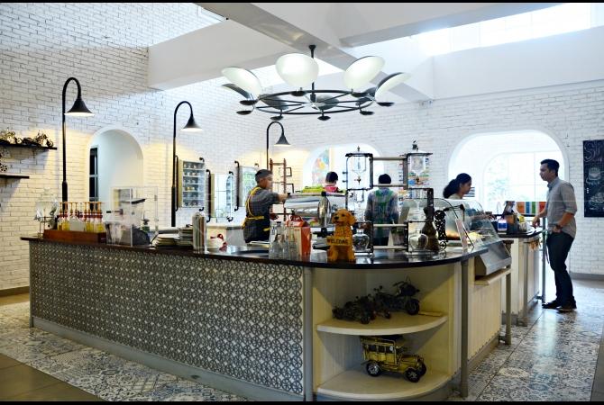Suasana yang homie dan cozy sangat kental terasa di Trafique Coffee ini