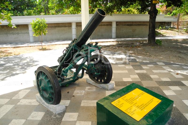 Senjata Bersejarah Di Monumen 10 Nopember