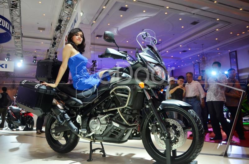 Aksi SPG  Di Atas Motor Terbaru Besutan Kawasaki