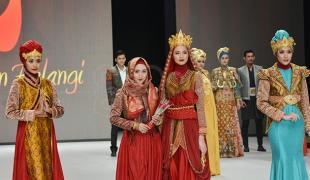 Indonesia Fashion Week Day's 2 Diwarnai Parade Baju Muslim