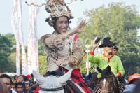 Jakarnaval 2013 Jokowi Menyapa Masyarakat Sambil Berkuda